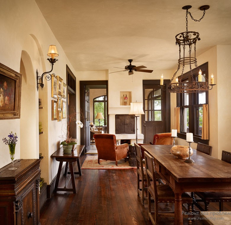 Эффектный интерьеер с темными дверями, полом и мебелью