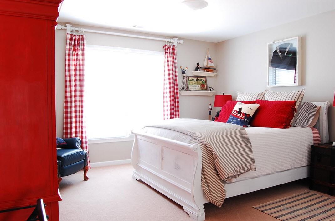 Легкие белые с красным шторы напоминают паруса