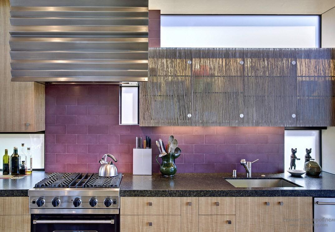 Рабочая стенка на кухне фиолетовая