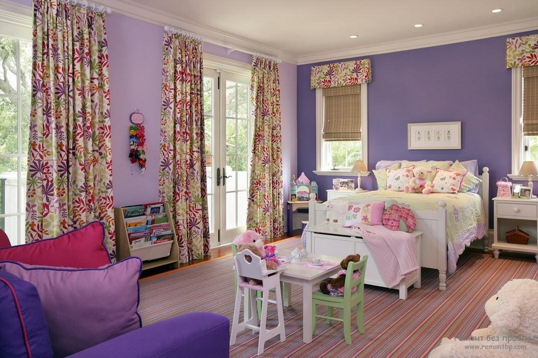 Стены и диван фиолетовые