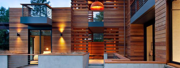 Фасад и окружение деревянного дома