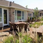 Садовая скамейка – важный элемент оформления загородного участка