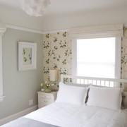 Большие цветы на обоях в спальне