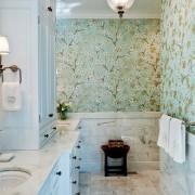 Голубые обои в ванной