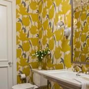 Желтые обои в туалете