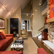 Красный диван на бежевом фоне