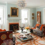 Оранжевый рисунок на полу