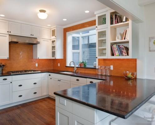 Оранжевый цвет рабочей стены кухни