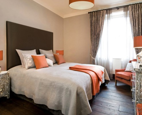 Спальня с оранжевыми креслами