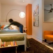 Спальня с фрагментами оранжевого