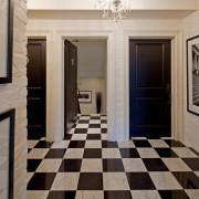 Игра черного и белого цвета на стенах помещений