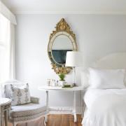 Грациозное зеркало в спальне