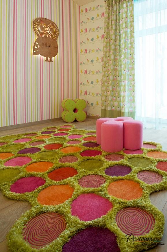 Детская комната выглядит веселей и яркой благодаря разноцветному скульптурному ковру из нитей различного типа