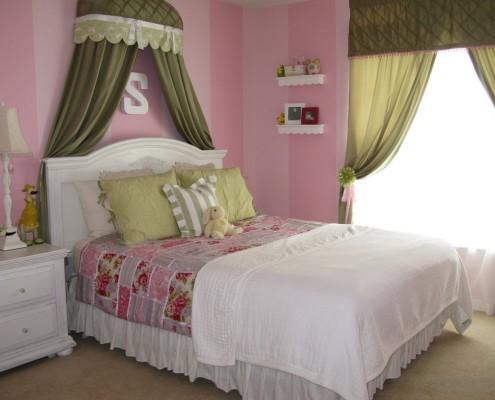 Спальня в оливковом и розовом цветах
