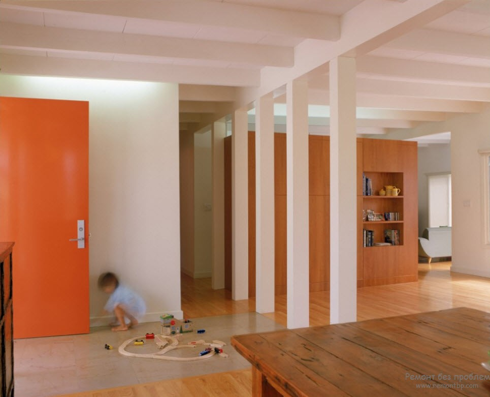Композиция из колонн использована для зонирования помещения