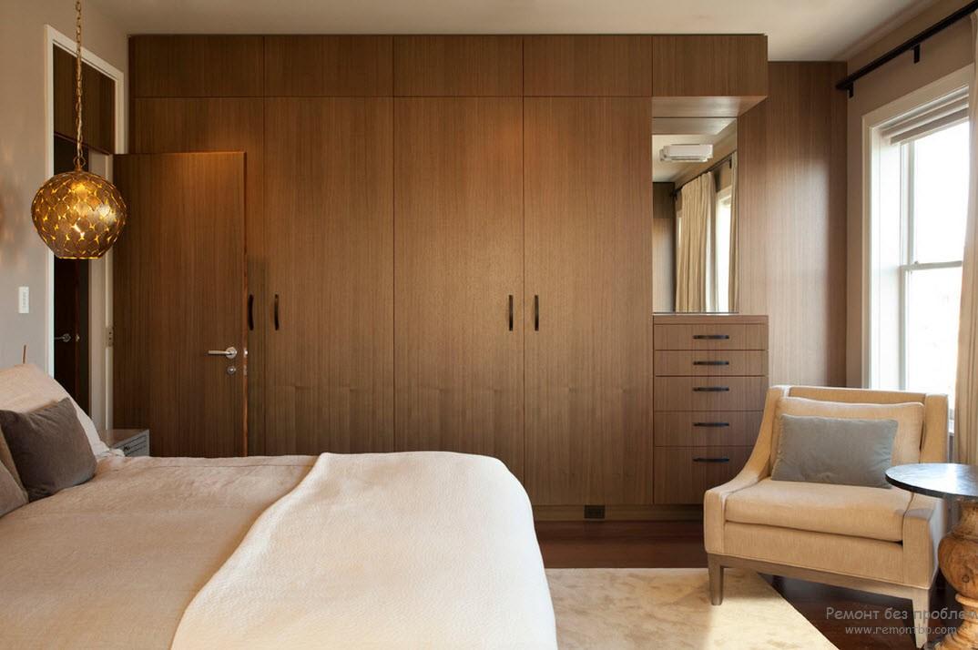 Интерьер спальни с деревянным шкафом
