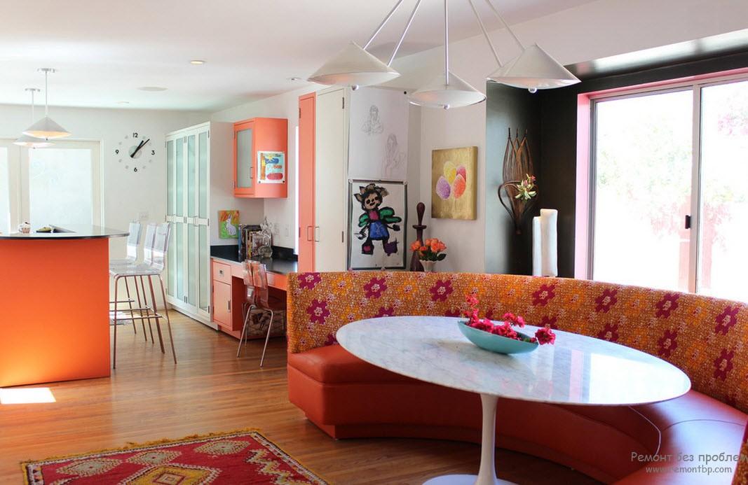 Бело-оранжевый дизайн кухни,совмещенный со столовой