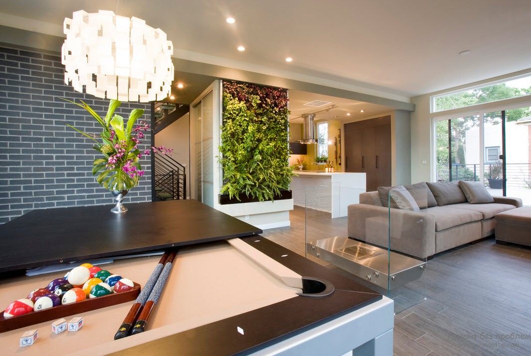 Ровный светлый потолок и вертикальное озеленение