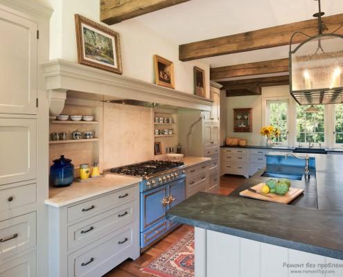 На белом отштукатуренном потолке закреплены деревянные балки