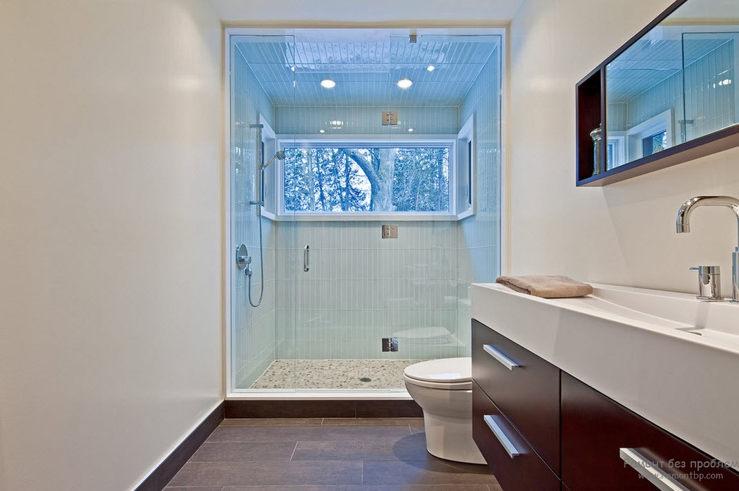 Интерьер и дизайн ванной комнаты с окном