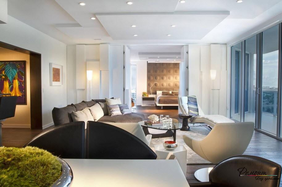 Красивый дизайн просторной гостиной, совмещенной со спальной комнатой