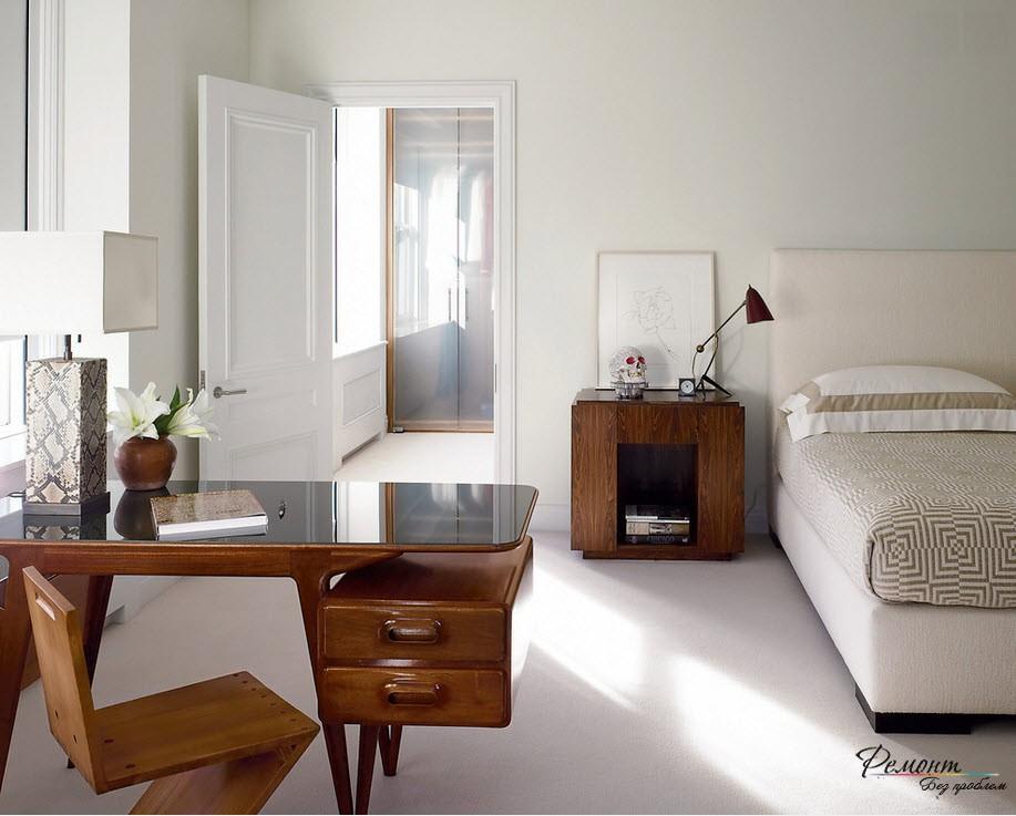 Гармоничное расположение кровати и двери