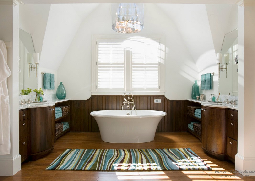 Деревянный пол в интерьере ванной в морском стиле