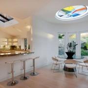 Интерьер кухни с витражным потолком