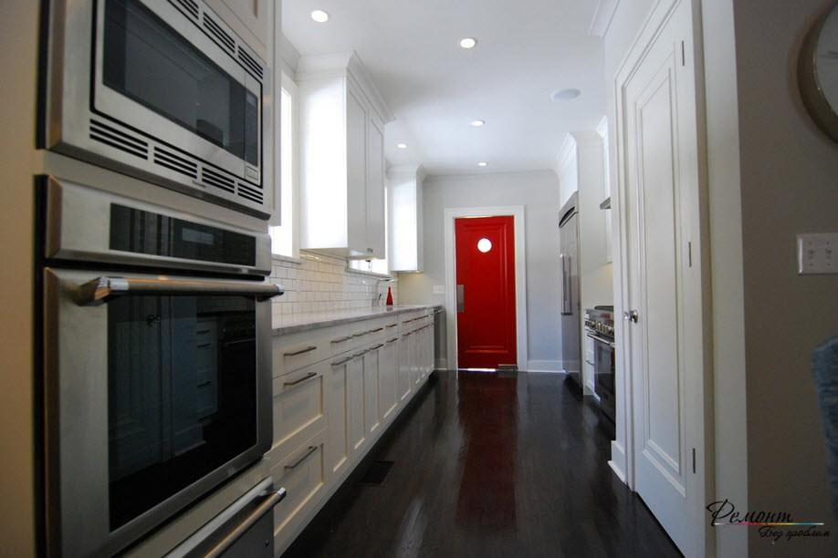 Красная дверь в кухне