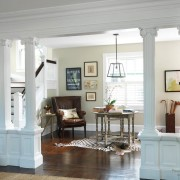Классический интерьер гостиной с двумя парами колонн