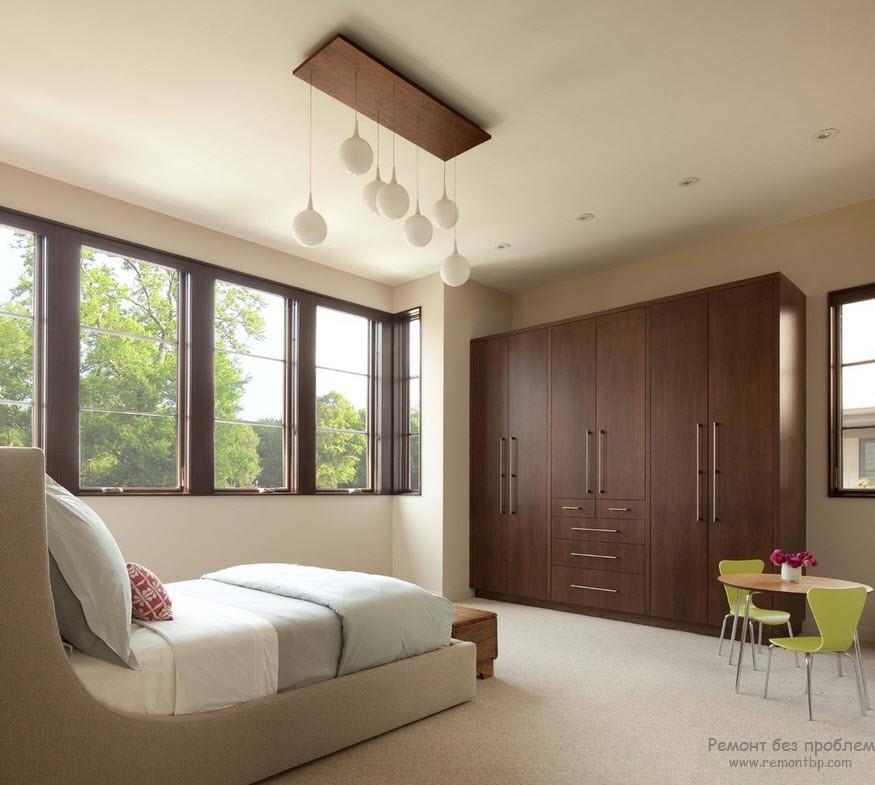 Деревянный шкаф прекрасно гармонирует с интерьером гостиной
