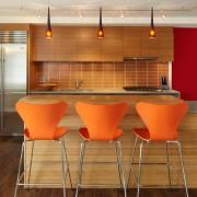 Оранжевые стулья в роли акцента интерьера кухни