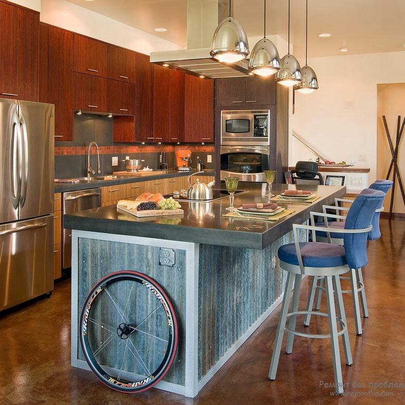 Металлическая столешница и холодильник придадут достаточно блеска на кухне
