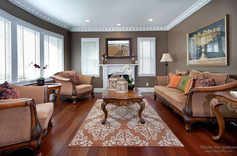 Классический интерьер коричневой гостиной цвета натурального дерева