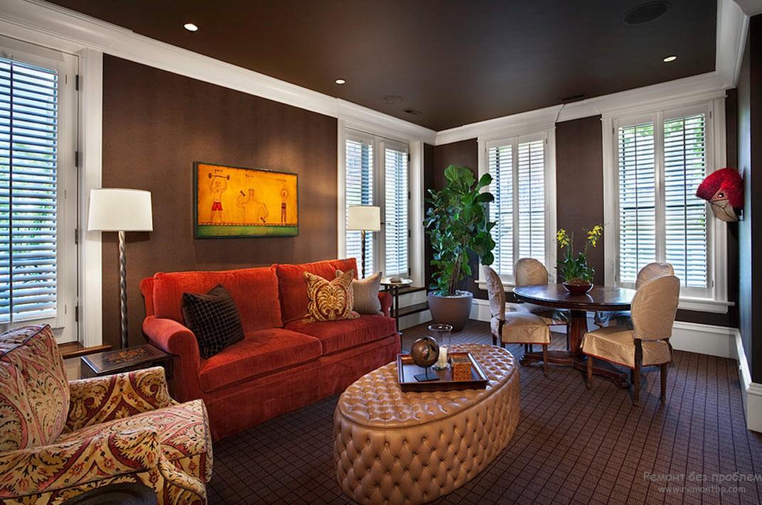 Темный фон и светлая мебель в коричневой гостиной