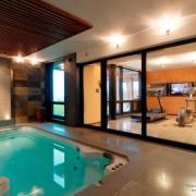 Небольшое помещение для бассейна, оформленное плиткой