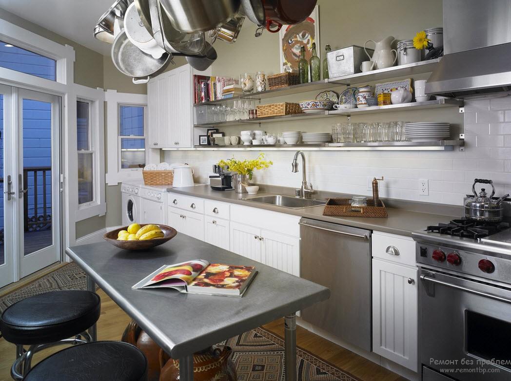 Металлическая столешница и стол в интерьере кухни