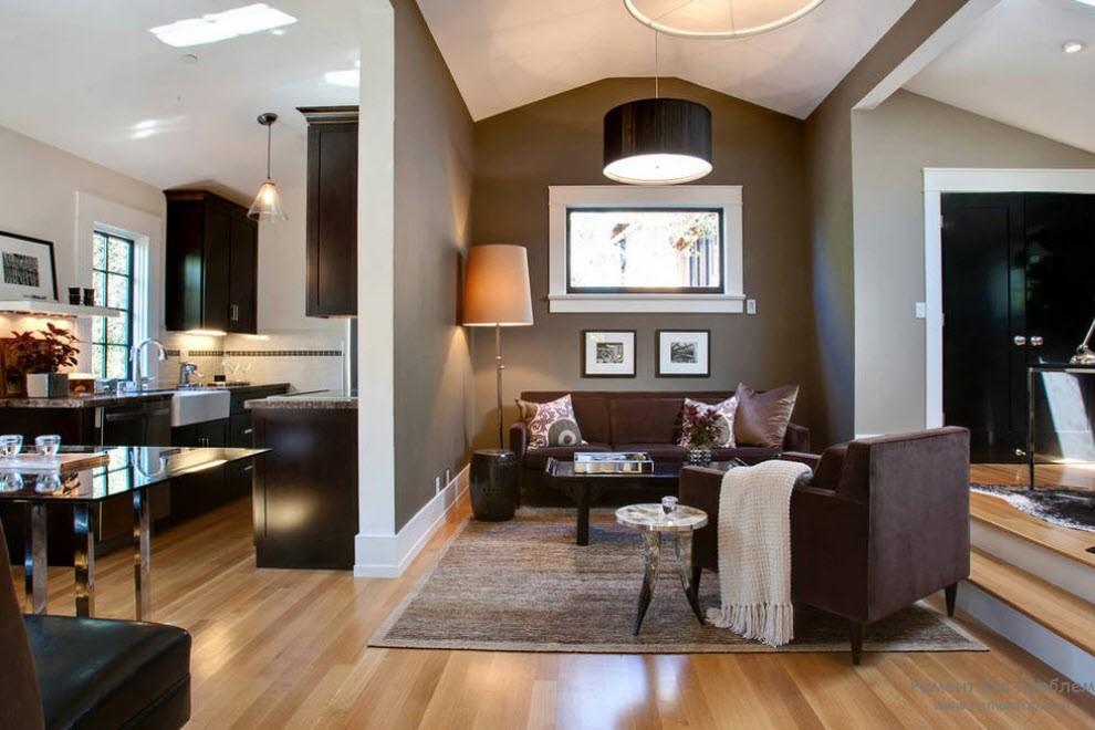 Светлый фон стен и темная мебель в интерьере коричневой гостиной