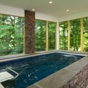 Дизайн маленького бассейна со стеклянными стенами