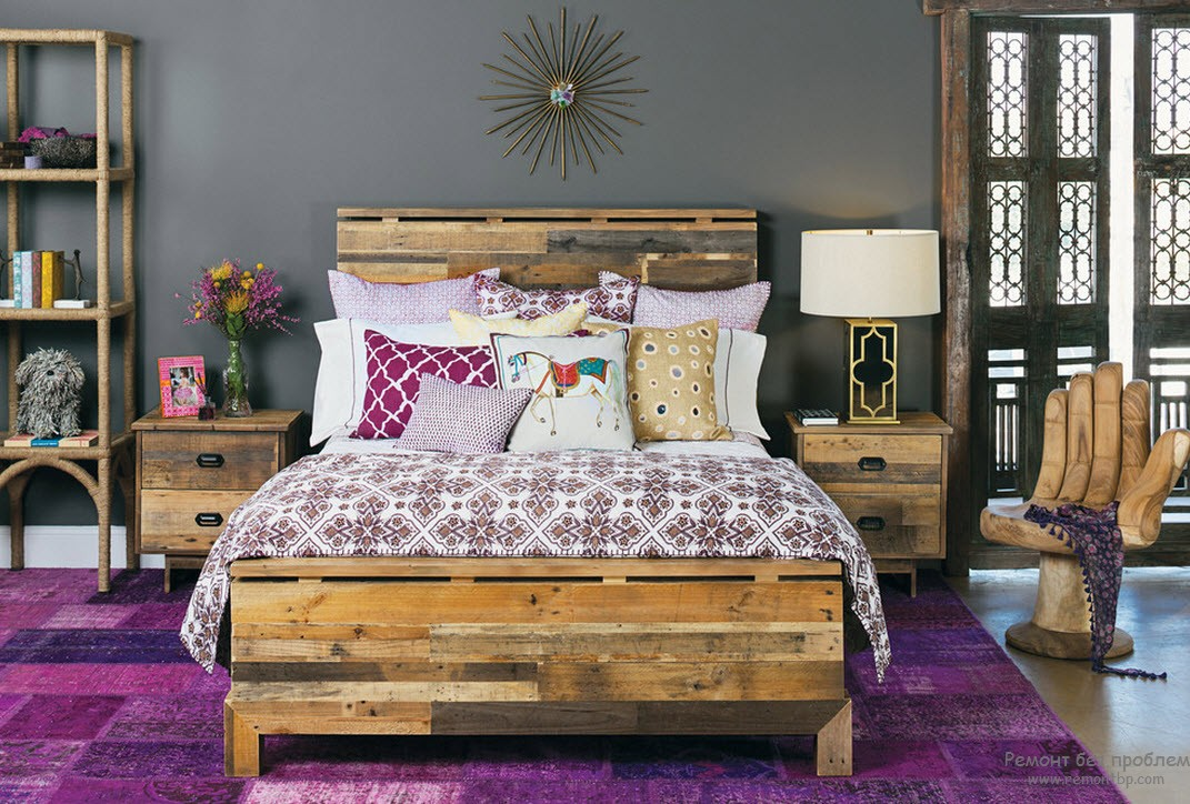 Фиолетовый ковер в интерьере спальни