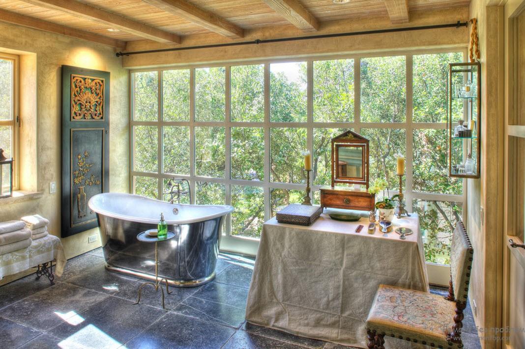 Стена-окно в ванной комнате