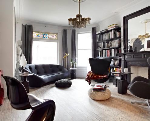 Черная мебель в черно-белой гостиной