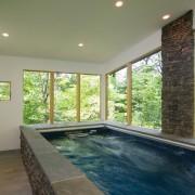 Половина стен небольшого помещения для бассейна из стекла