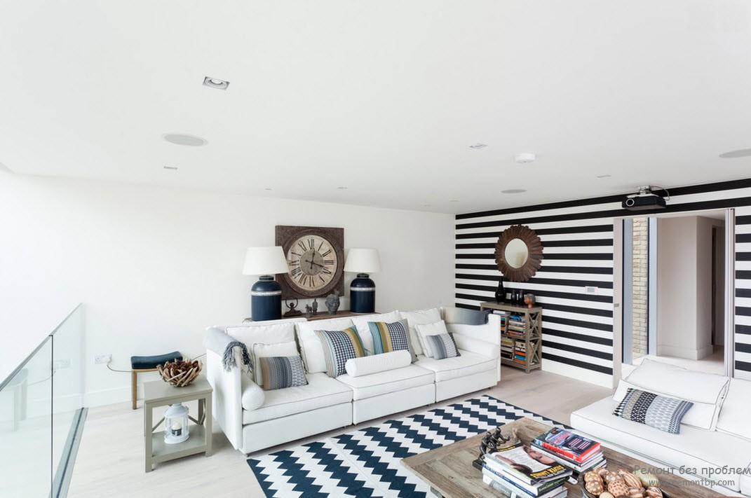 Стена, декорированна\я контрастными черно-белыми горизонтальными полосами