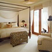 Просторная спальня в колониальном стиле