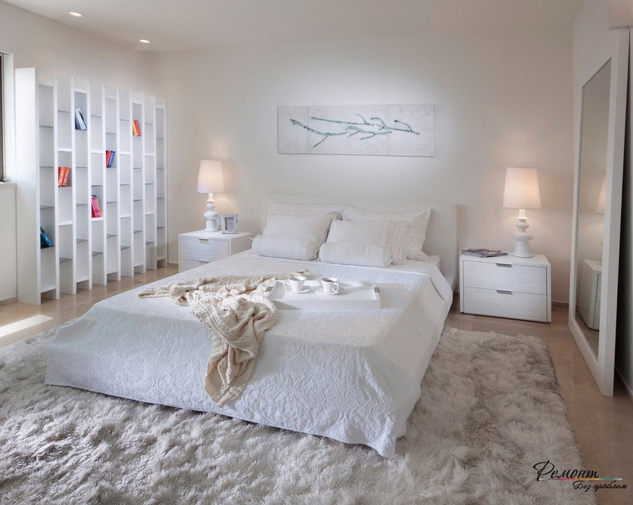 Длинноворсый мягкий ковер создает в спальне уют
