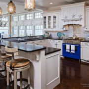 В качестве яркого акцента интерьера кухни - синяя плита