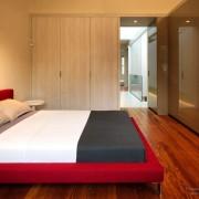 Встроенные шкафы-купе с одной боковой стенкой в интерьере спальни
