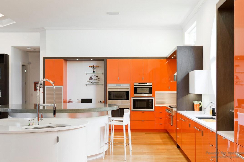 Контраст оранжевой мебели с белыми стенами