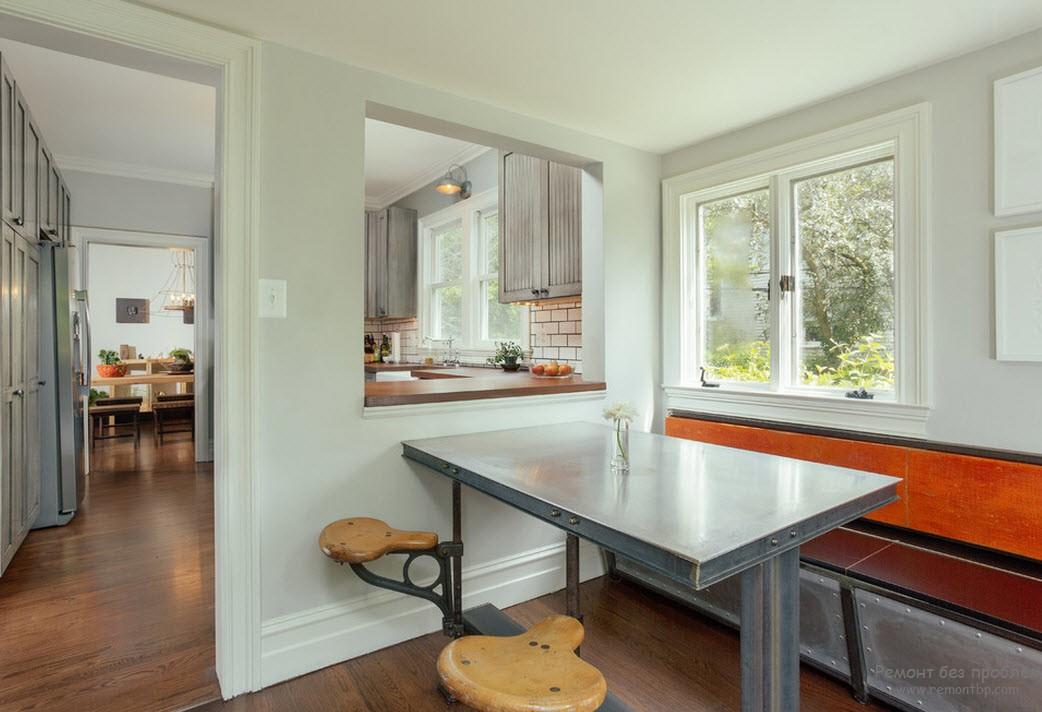Металлическая поверхность стола в интерьере кухни